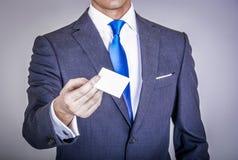 Manager in der Klage, die eine Visitenkarte hält Lizenzfreies Stockbild