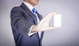 Manager in der Klage, die eine Visitenkarte hält Lizenzfreie Stockfotografie