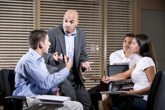 Manager, der mit Gruppe Büroangestellten spricht stockbild