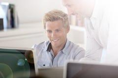 Manager die advies geven aan werknemer op kantoor stock foto's