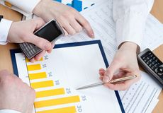 Manager, die am Bürotisch arbeiten Lizenzfreies Stockfoto