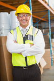 Manager die bouwvakker in pakhuis dragen Royalty-vrije Stock Foto's