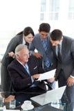 Manager die document toont aan zijn team Stock Afbeeldingen