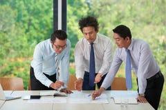 Manager, die Dokumente analysieren stockfotografie