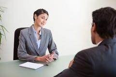 Manager die een knappe kandidaat interviewt royalty-vrije stock fotografie