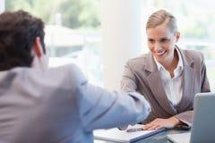 Manager die een mannelijke kandidaat interviewt royalty-vrije stock afbeeldingen