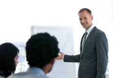 Manager die een presentatie geeft royalty-vrije stock afbeeldingen
