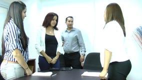 Manager die een vriendschappelijke ontvangst geven aan zijn partners