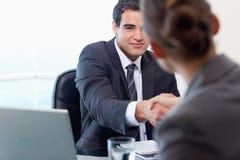 Manager die een vrouwelijke kandidaat interviewt stock foto's