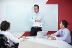 Manager, die Einkommen besprechen lizenzfreies stockfoto