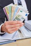 Manager die Euro geldrekeningen aanbieden royalty-vrije stock foto's