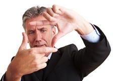 Manager die frame met vingers maakt royalty-vrije stock afbeelding