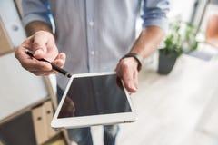Manager die gadget voor het werk voorstellen stock foto's