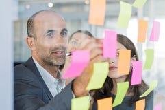 Manager die kleverige nota's gebruiken Royalty-vrije Stock Foto