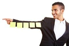 Manager die kleverige nota's houdt Stock Fotografie