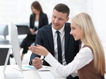 Manager die met een collega op het werk spreken stock afbeelding