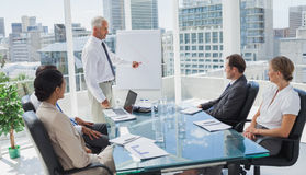 Manager die op een grafiek tijdens een vergadering richten stock fotografie