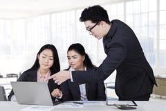 Manager die op laptop in vergadering richten royalty-vrije stock fotografie