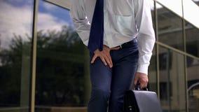 Manager die op middelbare leeftijd sterke pijn, prostatitis, mannelijke genitale ziekte voelen stock fotografie