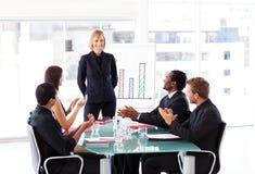 Manager die succes in een vergadering heeft
