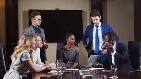 Manager Discussing Figures With Zijn Multi-etnisch Professioneel Team stock video