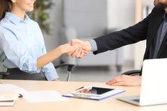 Manager en cliënt het schudden handen royalty-vrije stock afbeelding
