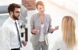 Manager en commercieel team die in het bureau spreken stock foto