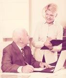 Manager en secretaresse het werken royalty-vrije stock fotografie