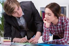 Manager en werknemer die ideeën delen Stock Fotografie