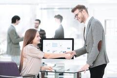 Manager en werknemers het schudden handen aan elkaar als teken van succes royalty-vrije stock afbeeldingen