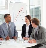 Manager en zijn team die een nieuwe strategie bespreken royalty-vrije stock foto