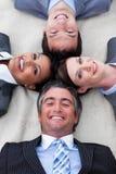 Manager en zijn team die op de vloer liggen Royalty-vrije Stock Foto's