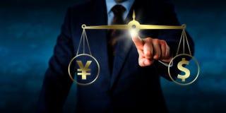 Manager Equating ein Dollar an der Gleichheit mit Yuan Sign Lizenzfreie Stockbilder
