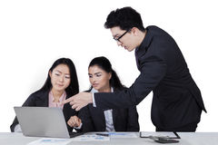 Manager explaining a job seriously Royalty Free Stock Photography