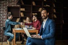 Manager Finance arbeitet mit den Marketing-Grafiken auf dem Laptop Stockfotos