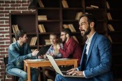 Manager Finance arbeitet mit den Marketing-Grafiken auf dem Laptop Stockfoto