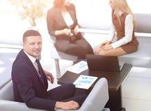 Manager Finance, das mit Dokumenten auf dem Hintergrund von coll arbeitet stockbild