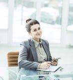 Manager Finance an seinem Schreibtisch in einem hellen Büro stockbilder