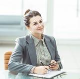 Manager Finance an seinem Schreibtisch in einem hellen Büro lizenzfreie stockfotografie