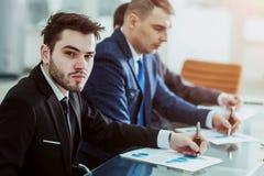 Manager Finance und Geschäftsteam arbeiten mit Finanzdiagrammen an seinem Schreibtisch lizenzfreies stockbild
