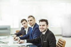 Manager Finance und Geschäftsteam arbeiten mit Finanzdiagrammen an seinem Schreibtisch stockbild