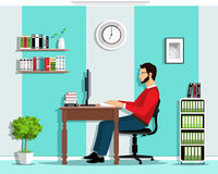 Manager in het bureau De vector vlakke stijl plaatste: mens die in bureau werkt, zittend bij bureau, dat het computerscherm bekij Stock Foto's