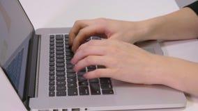 Manager het werken en het typen op laptop toetsenbord, sluiten omhoog handbediend schot stock footage