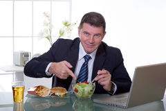 Manager im Büro essen grünen Salat stockbild