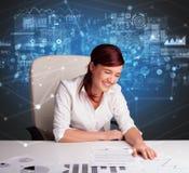 Manager im B?ro, das Berichte und Statistiken macht lizenzfreie stockfotografie
