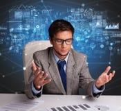 Manager im B?ro, das Berichte und Statistiken macht lizenzfreies stockbild