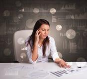 Manager im B?ro, das Berichte und Statistiken mit Tafelhintergrund macht stockfoto