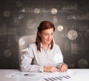 Manager im B?ro, das Berichte und Statistiken mit Tafelhintergrund macht stockfotos