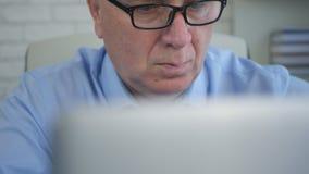 Manager Image In Office, das mit Laptop arbeitet lizenzfreie stockfotos