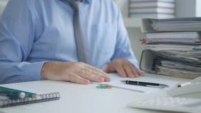 Manager-Image Reading Accounting-Papiere und -rechnungen lizenzfreies stockbild
